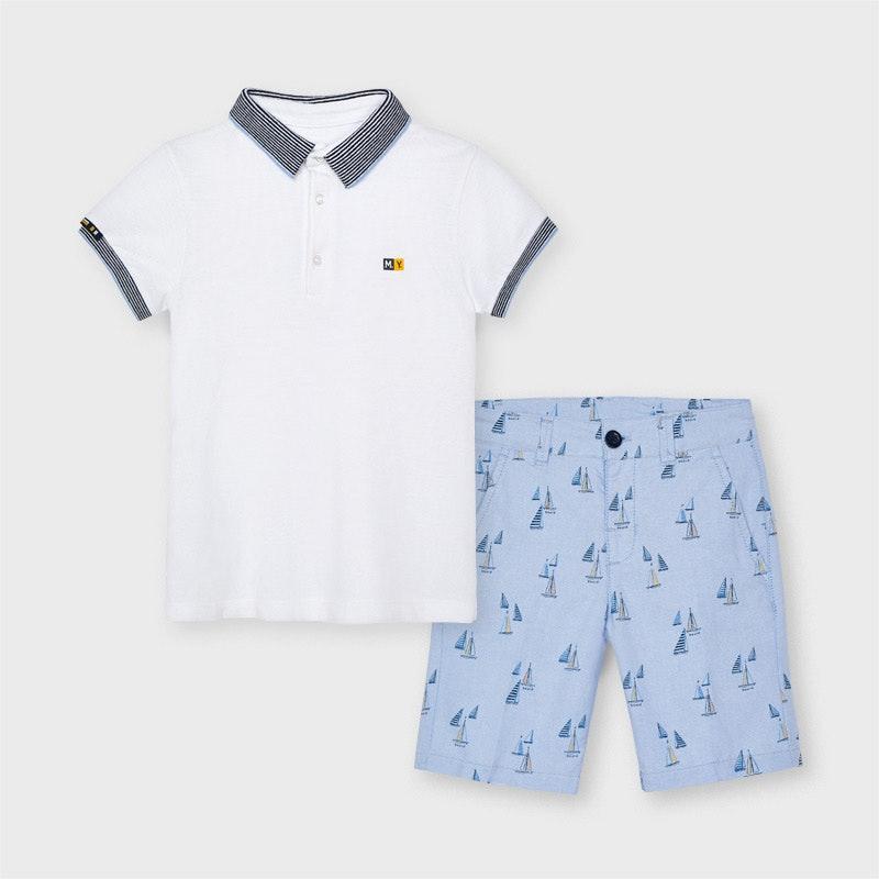 polo branco e calões azuis com padrão de barcos da MAYORAL sobre fundo branco