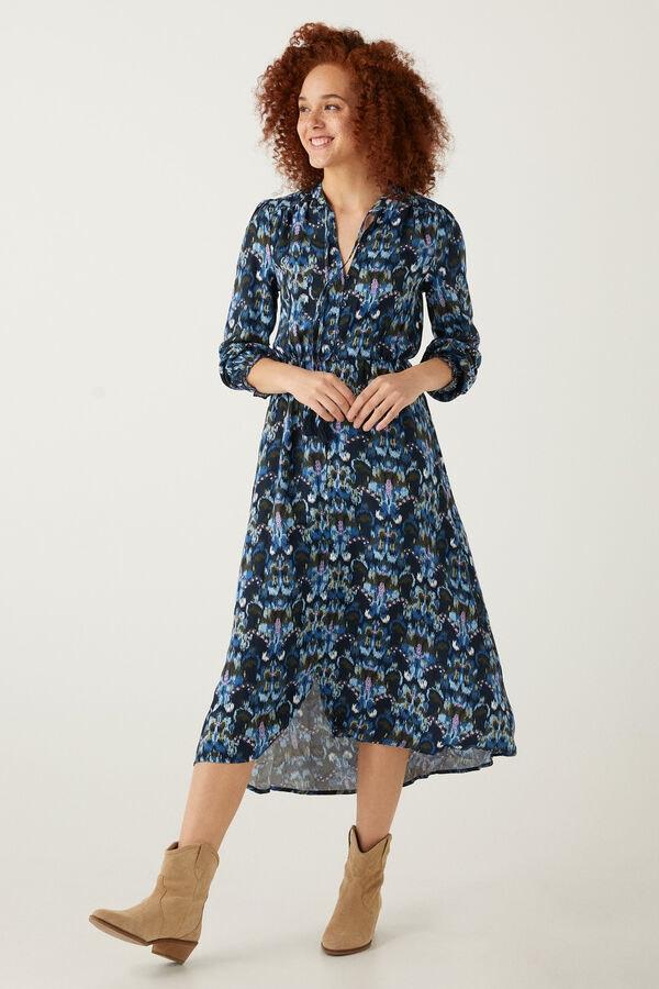mulher ruiva com vestido da Springfield preto e azul