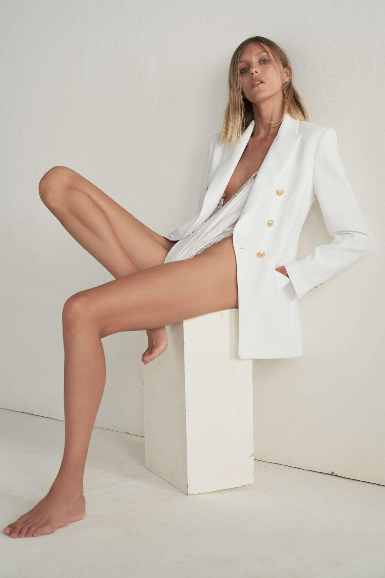 mulher vestida com blazer branco da Zara