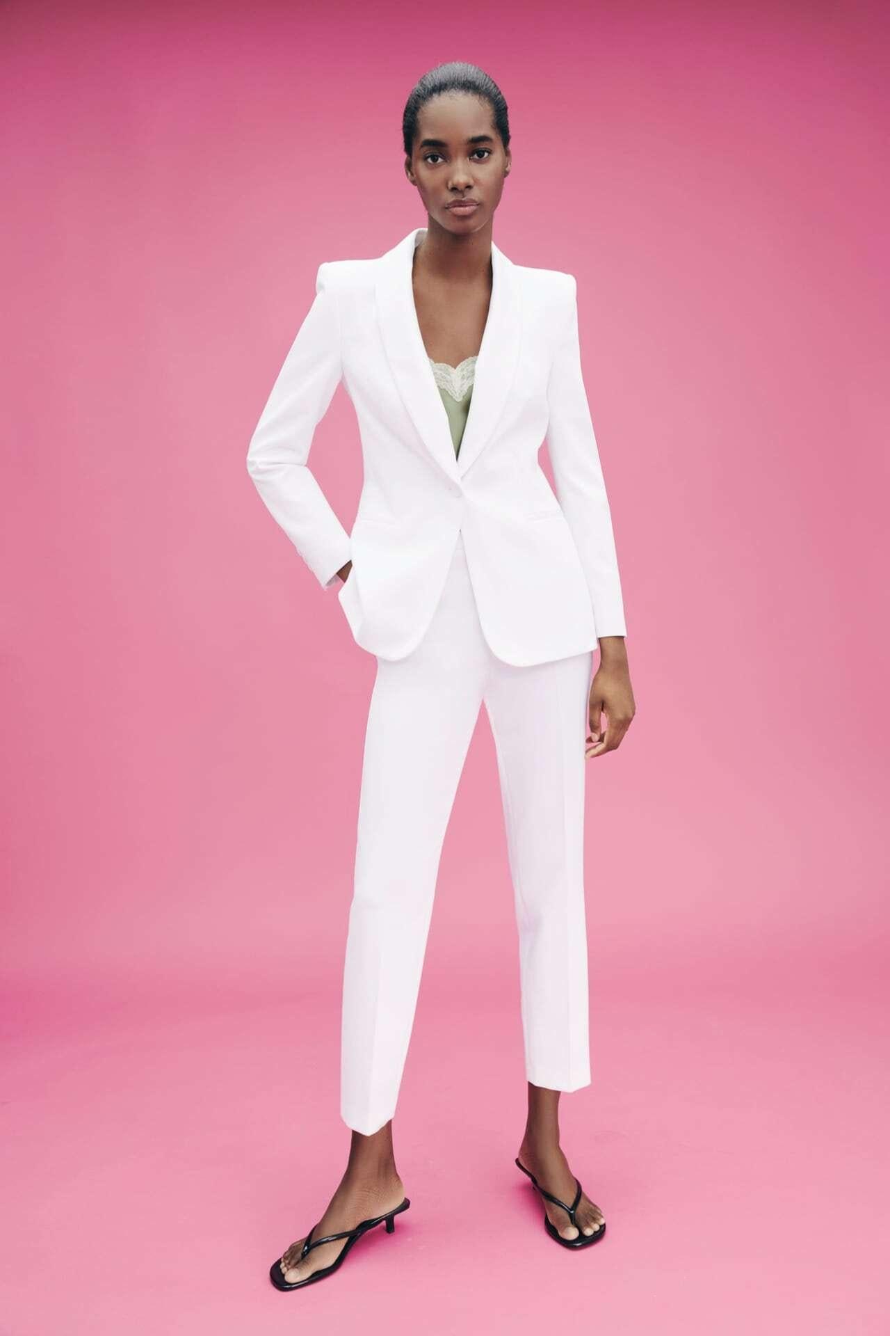 mulher vestida com blazer branco e calças brancas da Zara