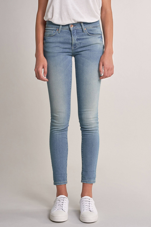 mulher vestida com calças de ganga clara da Zara
