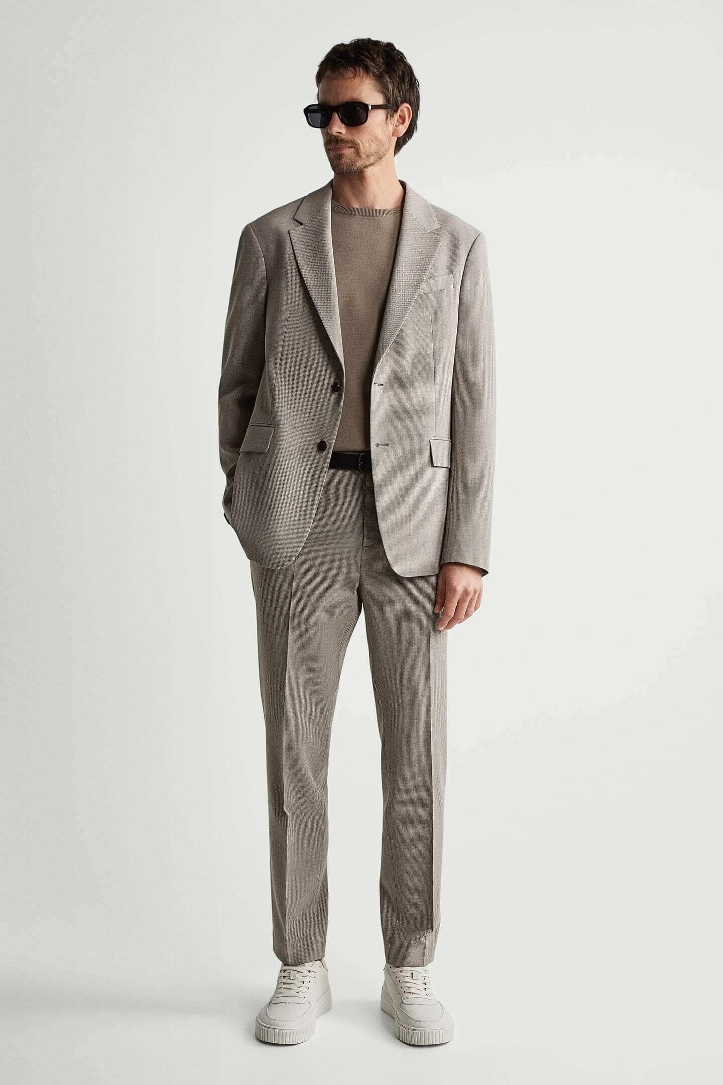 homem com fato cinzento da Zara